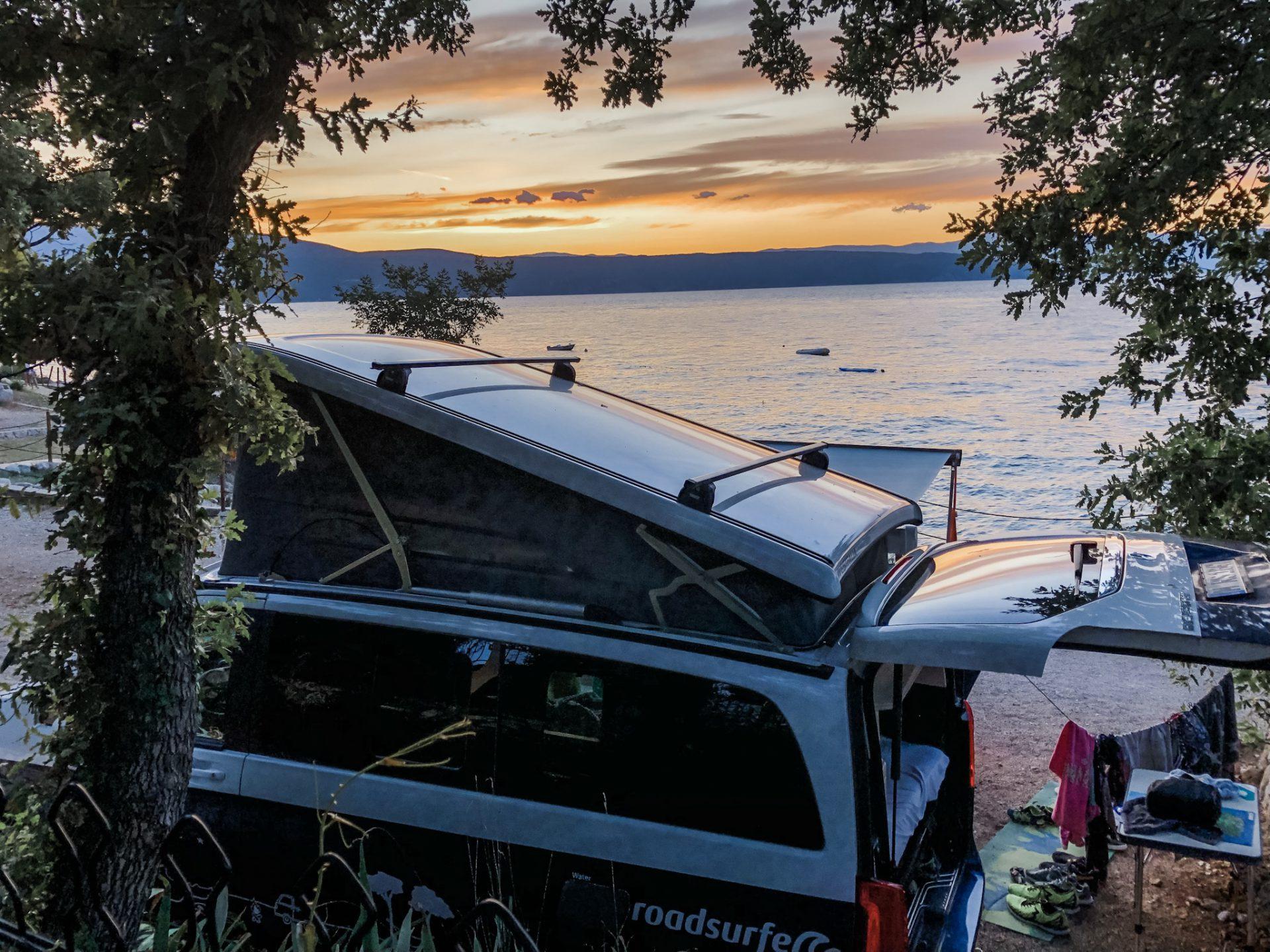 Camper mit Sonnenuntergang